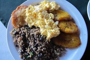 Frühstück mit Gallo Pinto (Reis und Bohnen) und Platanos (Kochbananen)