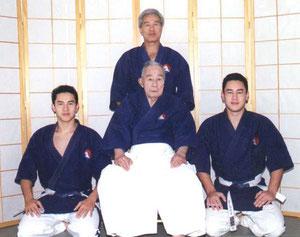 Famiglia Mochizuki fondatore del arte marziale Yoseikan Budo, Hiroo Mochizuki(dietro), Mitchi, Minoru, Kyoshi Mochizuki (davanti da sinistra a destra)