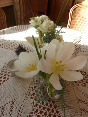 Tulipes et roses blanches
