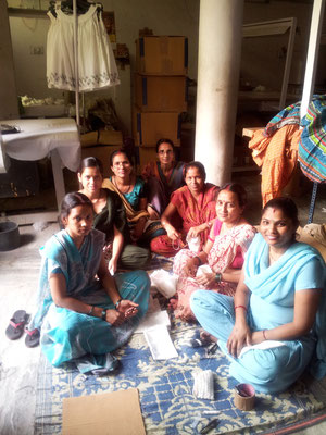 インドの縫製工場で働く女性たち