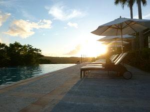 プールからは夕日を眺めることができます。