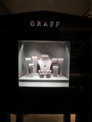 グラフのダイアモンドは本当に素晴らしい。でも向かいにある、カラーストーンを使ったイタリアのジュエリーのお店が一番すき。