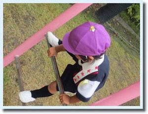 藤組のさきこちゃん^^紫の帽子につけた、反対色の黄色の蜂さん。ああかわいい・・・。。