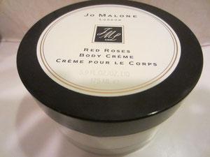 ローズの香りは女性にとっていいことだらけだ・・・ということを聞いてから眠る前に、香が長持ちするジョーマローのボディクリームをチョイス♪