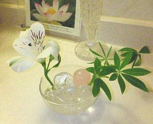 水晶に水を張って 生けました。お花がなぜかとても長持ちしました。
