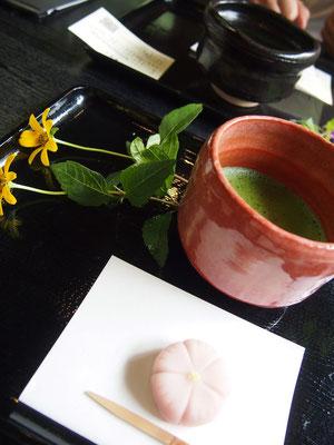 大和撫子のお花型の練りきり♡薄紅色がとってもかわいい♡添えてあるお花も嬉しい^^緑の見える窓側で頂きました。 彼はどら焼きをチョイス