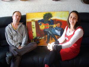 Maiki Mai und Gudrun Mohacsi, die das Bild vom Thomas Maos gemalt hat.