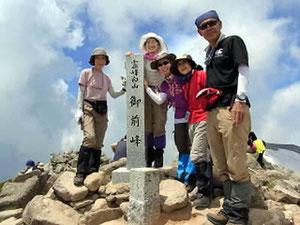 御前峰山頂(2,702.2m)にてメンバー全員で
