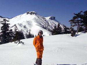 アイスバーンを登りきって一息、三方岩岳をバックに