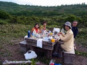 1日目、夕食を小桜平避難小屋前で