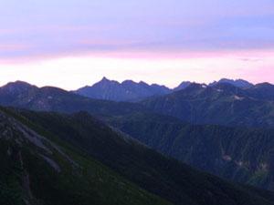 三日目。早朝。薬師岳山荘から、槍、穂高連峰の山並
