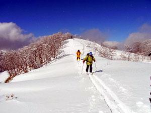 天気回復、頑張ってブンゲン山頂まであと少し、ガンバ
