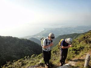 ホッケ山の祠に完歩祈願