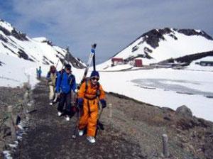 畳平(標高2,700m)からスキーを担いで登ります