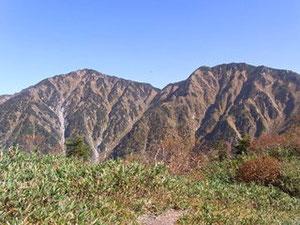 東芦見尾根稜線から右、猫又山(2,378m)左、釜谷山