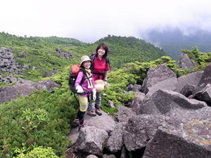 三ツ岳山頂付近の岩場にて