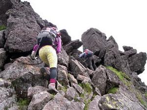 三ツ岳山頂1峰(2,380m)手前のクサリ場