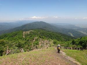 地蔵山の向こうに目指す蛇谷