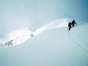 もうすぐ1,471ピークです。前方には1,590ピークと三方岩岳(左)