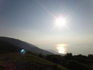 朝日が湖面を照らす