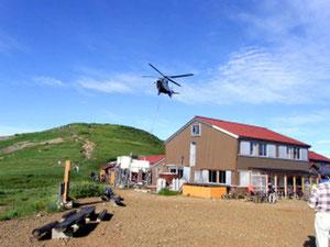 太郎平小屋でヘリの荷揚げを楽しむ。何回もくるので面白い