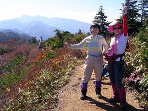 野谷荘司山山頂で「白山、白山」と喜ぶ二人