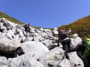 ブナクラ峠手前の岩場をゆく