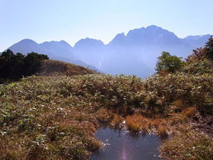 紅葉の大猫平の池塘と剱岳