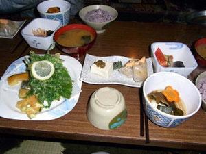 手作りの食事。山人参の天ぷら他、生春巻。古代米のご飯等