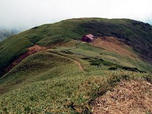 下山途中、三ノ峰避難小屋を写す