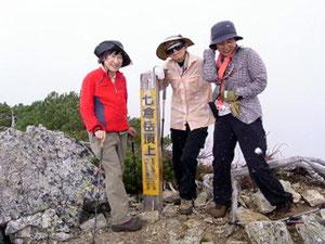 小屋から5分で七倉岳山頂。雪が吹き付けています。初雪