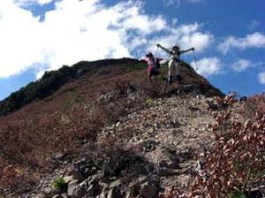 鶴平新道の稜線で万歳