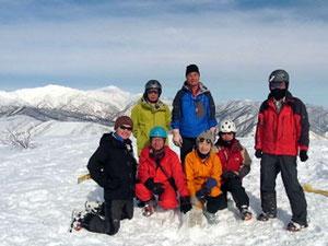 大日ケ岳山頂より、白山をバックに記念撮影(合同チーム)
