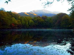 三ノ峰を湖面に映す刈込池
