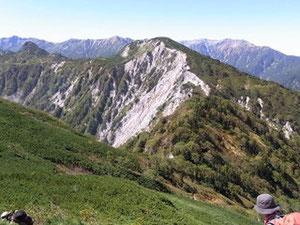 右の写真は不動岳ピークから真ん中に南沢岳、左に烏帽子岳(ちょっと形が違う)後ろに3つのカールを抱えた薬師岳