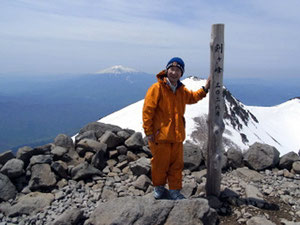 乗鞍岳山頂(剣ケ峰3,026m)にて御岳をバックに