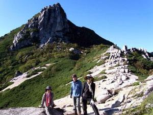 烏帽子岳をバックに。見る方向によって全く形が違う