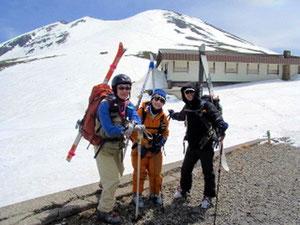 肩ノ小屋と乗鞍本峰をバックに記念写真