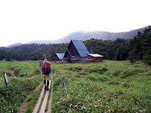 縞枯山荘と横岳を前方に木道をゆく