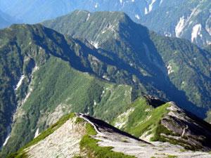 蓮華岳山頂から、蓮華の大下りの始まりです