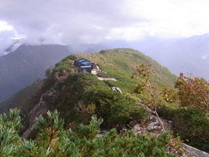 稜線上に建ってる船窪小屋