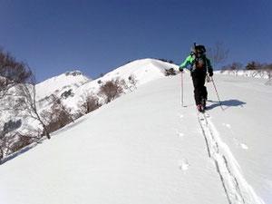 左が山頂、真ん中のピーク手前がアイスバーン