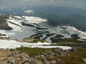 山頂直下の雪は細くやせ、ハイ松がでて道路まで滑降しないと戻れません