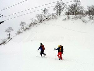 品又峠から旧ゲレンデ途中、表層雪崩の跡をH方氏が説明