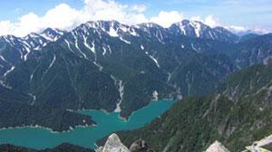 針ノ木岳山頂から黒部ダムを見下ろす