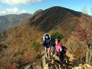 万二郎岳直下から万三郎岳をバックに、真中に小さい山が万三郎岳