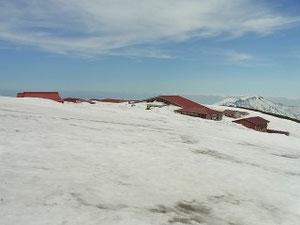 室堂少し上から室堂小屋 今、450センチの積雪