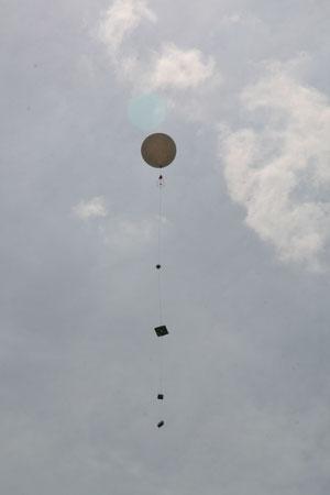 Ballon kurz nach dem Start mit der Nutzlast wenige Meter über dem Grund.