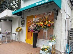 店内にもたくさんのお花が飾られています