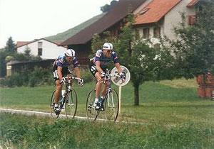 Bernhard Russi am Hinterrad von Marcel